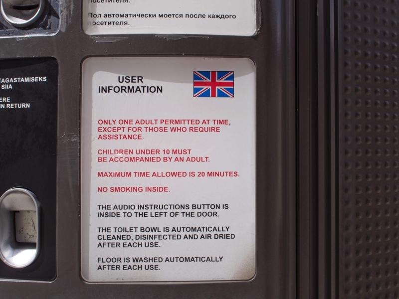 タリン旧市街の展望台にある有料トイレの英文での案内。1回当たり20分使用できる