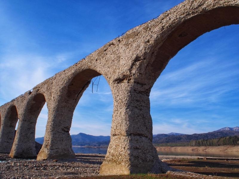 青空に映えるタウシュベツ川橋梁