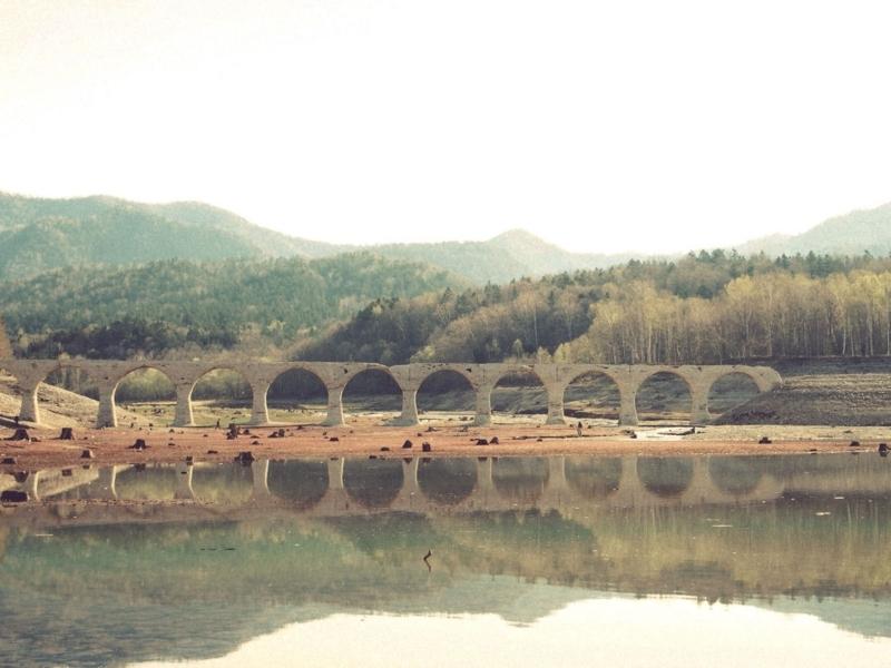 湖に映し出される美しいタウシュベツ川橋梁
