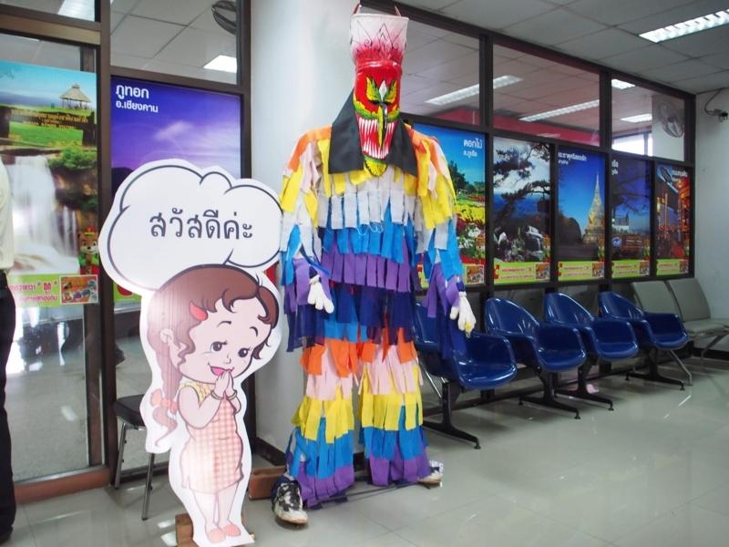 ルーイ空港の建物内に展示されているピーターコーンの人形