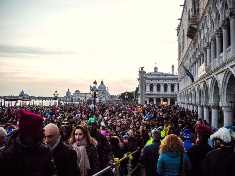 ヴェネツィアのカーニバルの時期は週末のサン・マルコ広場周辺は非常に人混みが多くなる