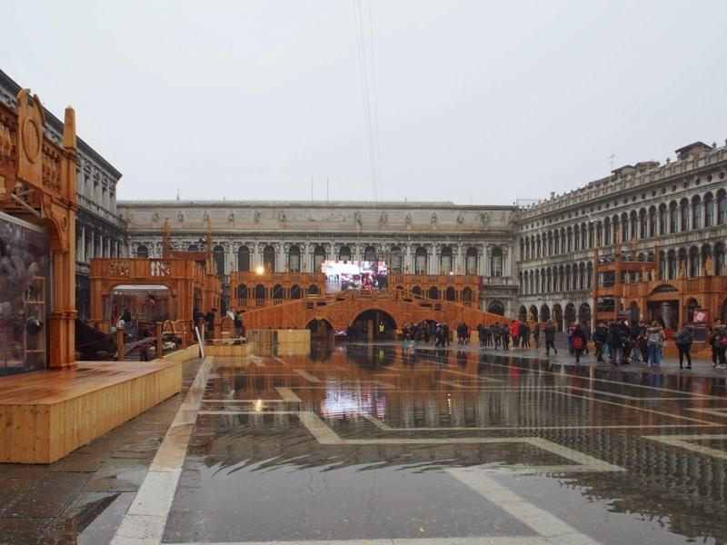 ヴェネツィアのカーニバルの時期の雨が降るサン・マルコ広場
