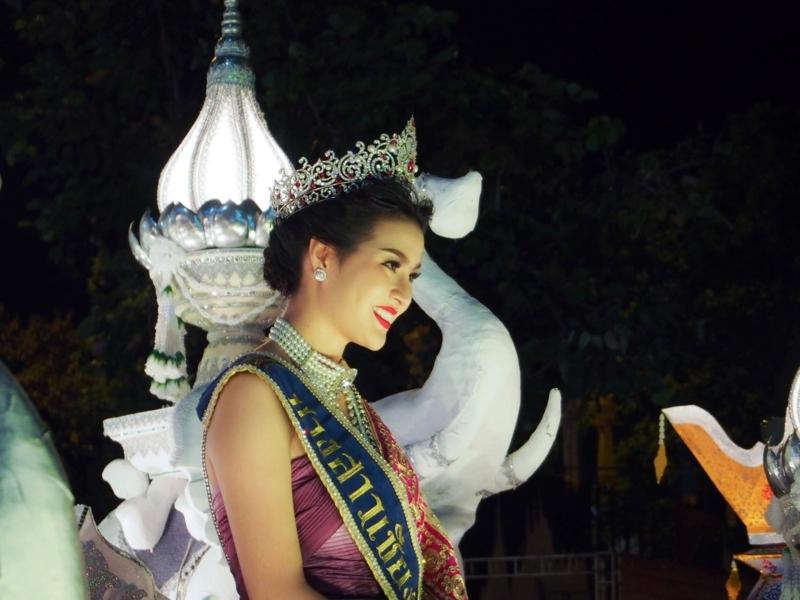 チェンマイのロイクラトン祭りのパレードを彩るミスチェンマイ