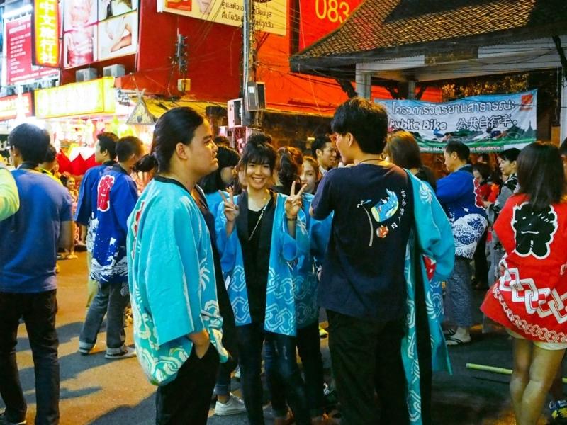 チェンマイのロイクラトン祭りのパレードに参加する日本チーム