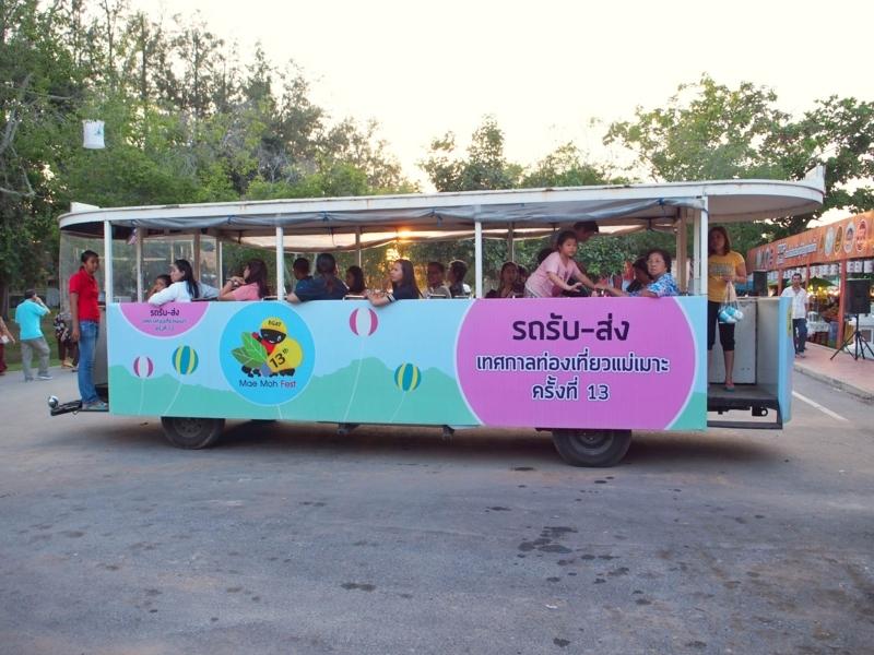 スコータイ遺跡公園を走る遊覧バス
