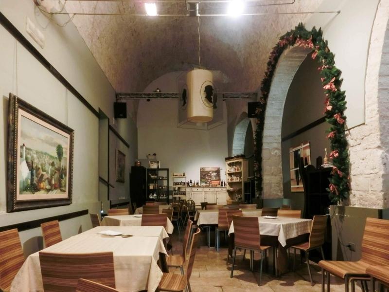 アルベロベッロにあるトゥルッリ型のホテル、ティピコリゾートの宿泊客に朝食を提供するレストラン