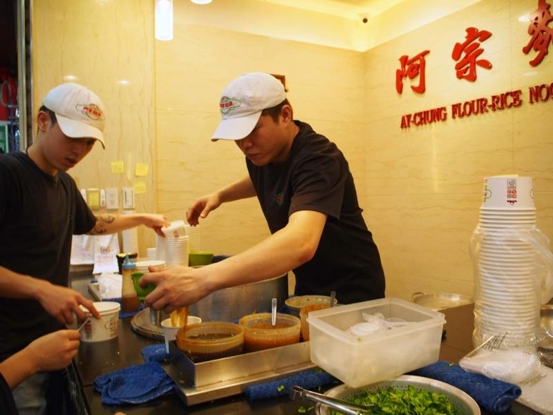 台北にある阿宗麵線西門店で麺を盛りつけている様子