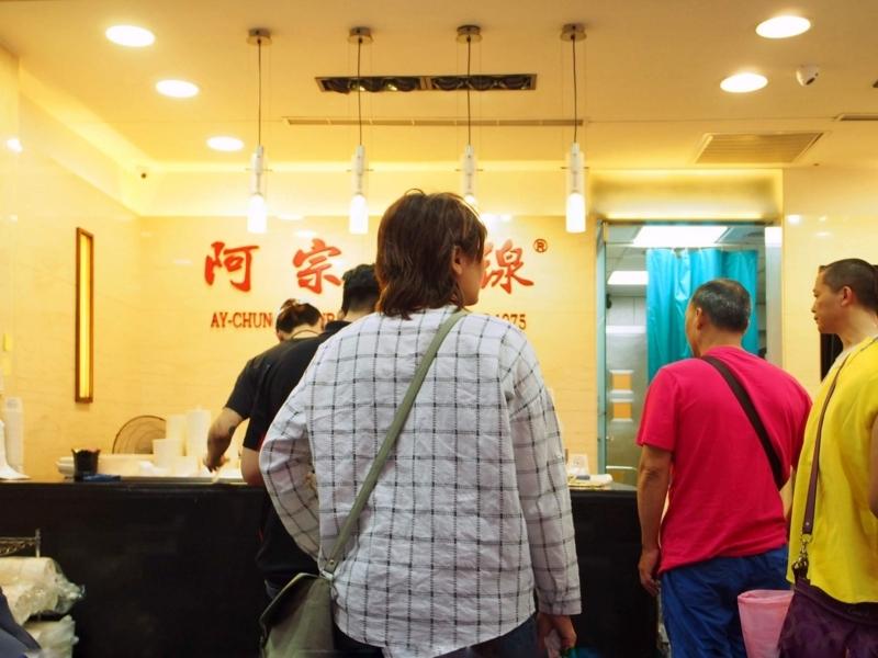 台北にある阿宗麵線西門店での注文はレジで行う