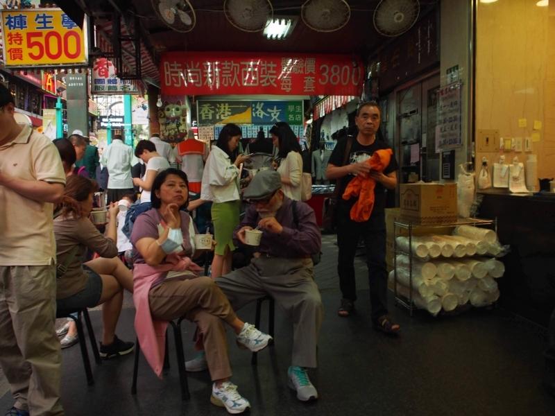 台北にある阿宗麵線西門店では席は少ないので立ち食いを覚悟