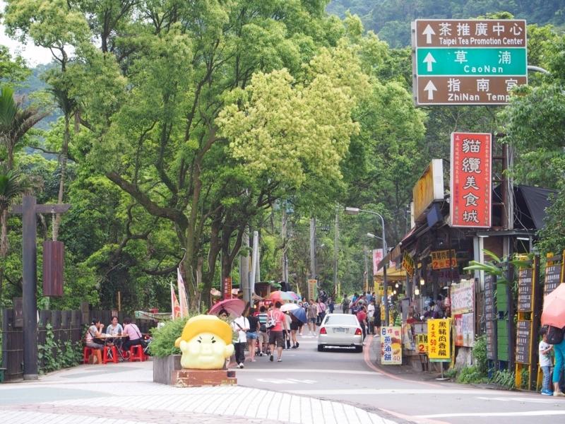 台北の猫空にある茶葉料理屋が連なる道