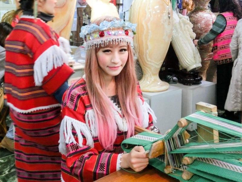 台北の南にある烏来(ウーライ)の台湾の原住民であるタイヤル族が住む酋長文化村の美女の微笑