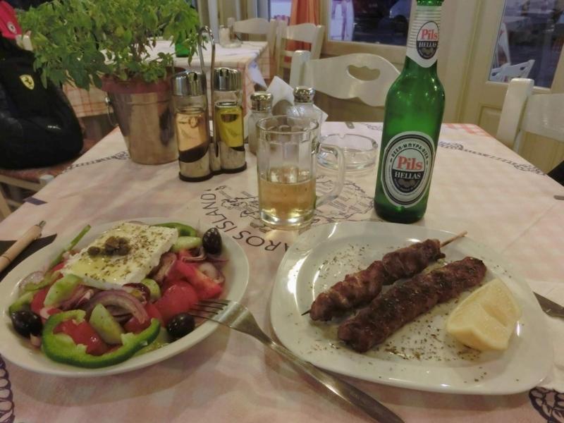 パロス島パリキアにあるレストラン、To Souvlaki Tou Pepeのグリークサラダとスブラキ
