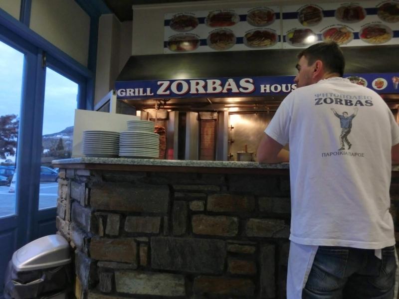 パロス島パリキアにあるレストラン、Zorbasの陽気なスタッフ