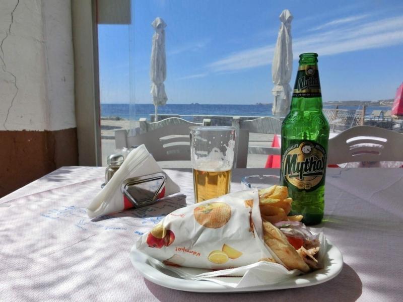 パロス島パリキアにあるレストラン、Brizoladiko Steak House Restaurantのおいしいギロピタ