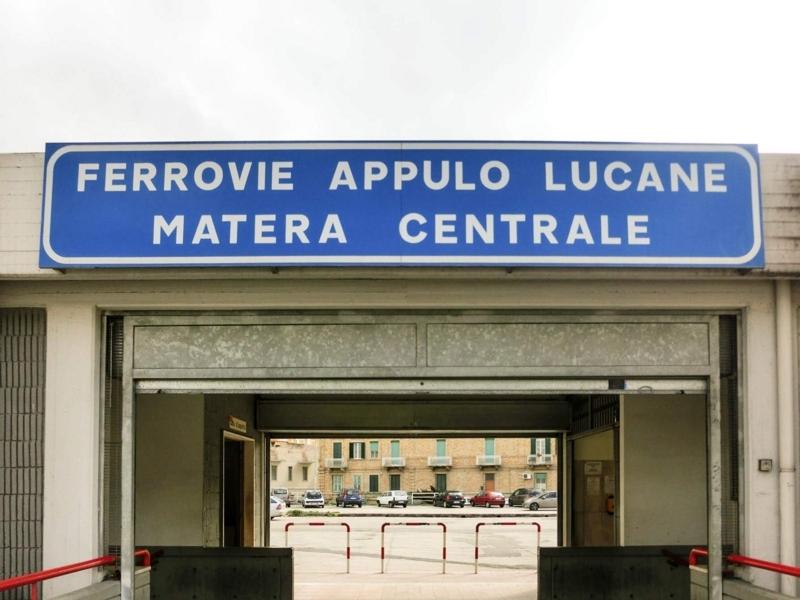 洞窟住居で有名なイタリアのマテーラ中央駅