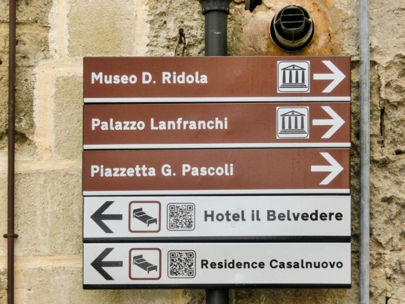路地にあったホテル「イルベルヴェデーレ(Il Belvedere)」の案内板