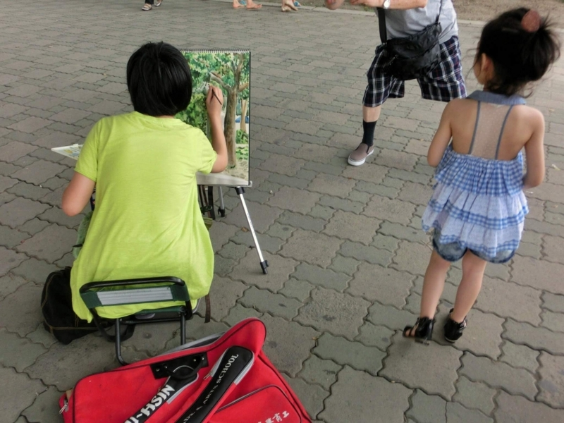 台湾の淡水で絵を描く人