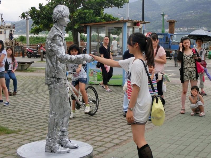 台湾の淡水で動かないパフォーマンスをする人