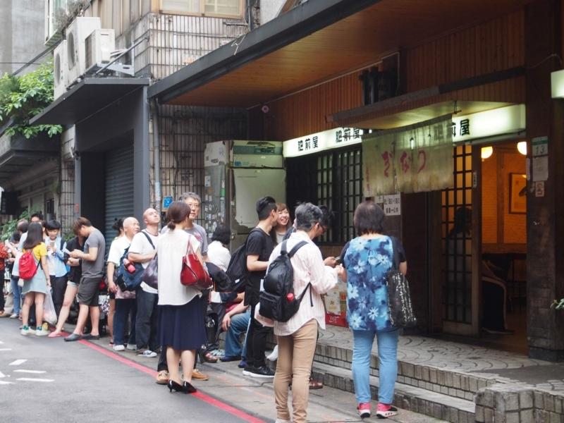 台北にある肥前屋で開店を待つ人達の行列。これは木曜日で、土・日はもっとすごい