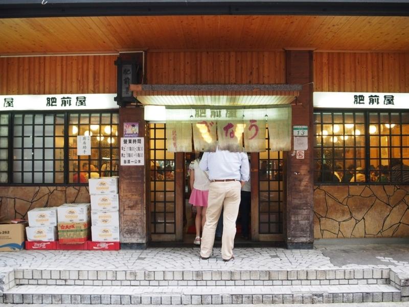 台北にある肥前屋が営業を開始し、店内に入るお客