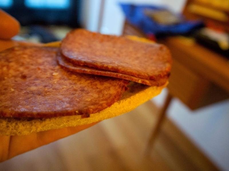 ピリ辛サラミを具にしたおいしいサンドイッチ