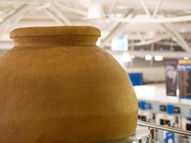 アテネ国際空港の出発階の1つ上の階に展示されているオブジェ