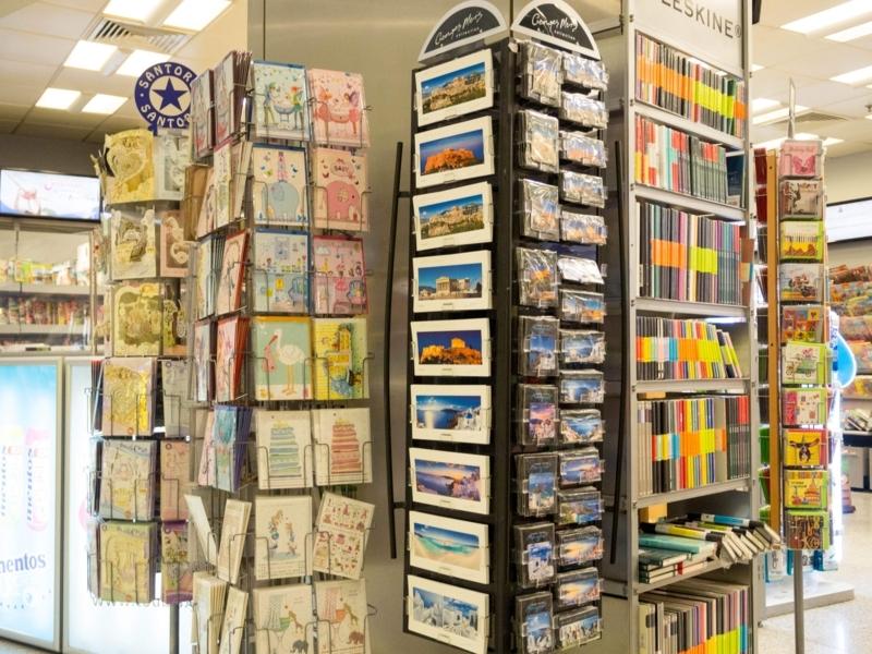 アテネ国際空港の出発階にある本屋兼土産物屋