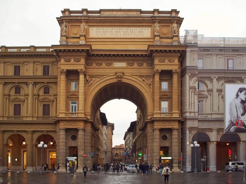 チンクエ・テッレへの日帰りツアーの出発地点となるフィレンツェのレプッブリカ広場