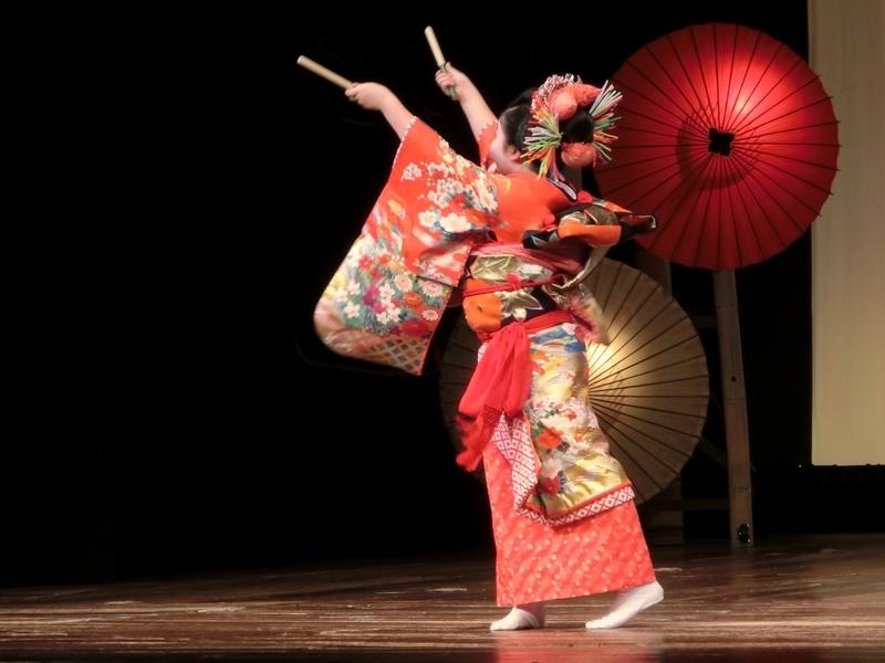 子供による八千代座での灯籠踊り