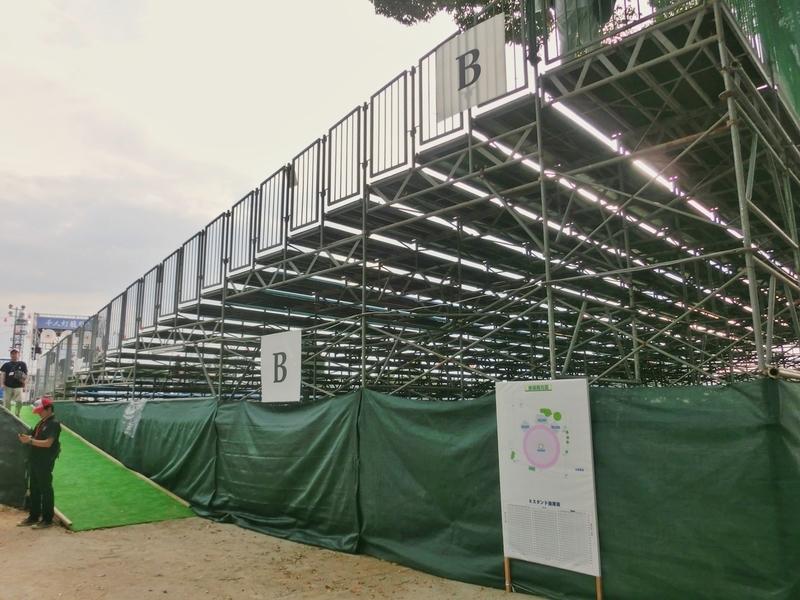 山鹿小学校の校庭に作られた千人灯籠踊りの桟敷席