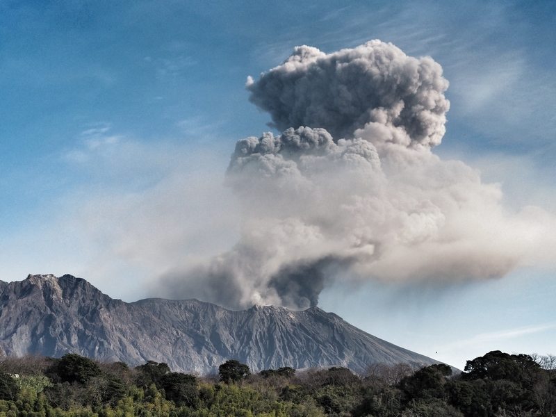 桜島で高く舞い上がる噴煙