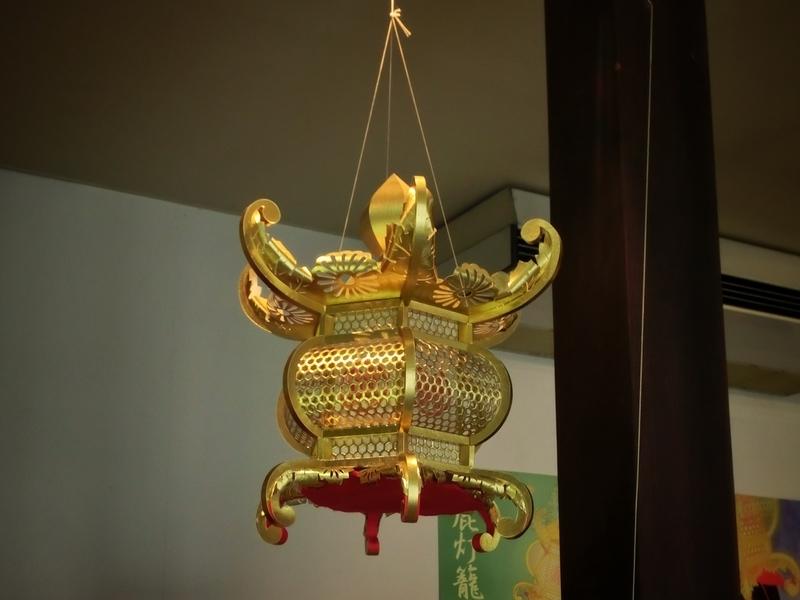 山鹿灯籠民芸館に展示されている灯籠。灯籠は紙でできており軽い。