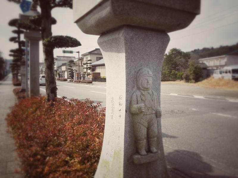 知覧の歩道沿いにある特攻隊員が彫られた灯籠