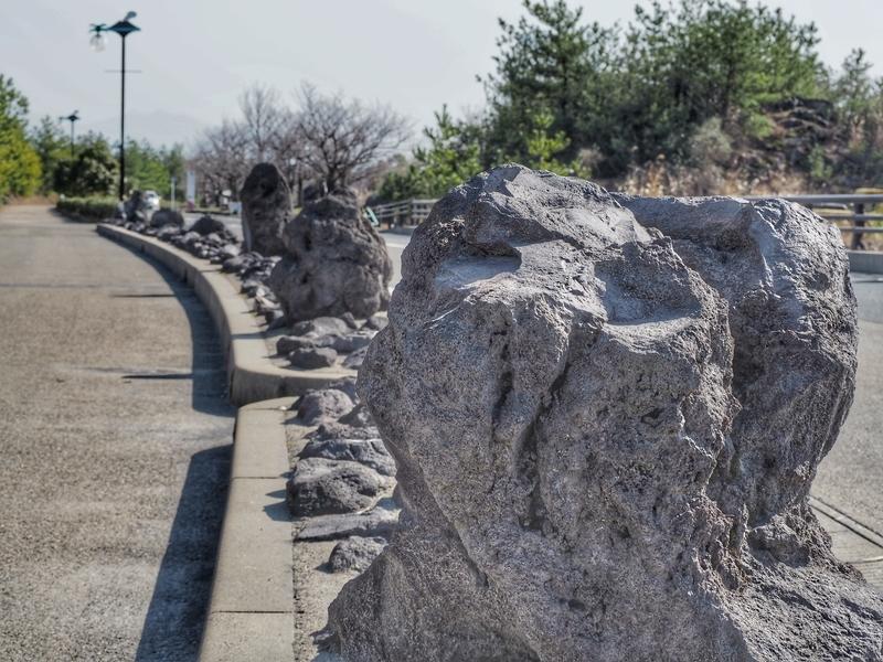 溶岩の塊がある桜島の歩道