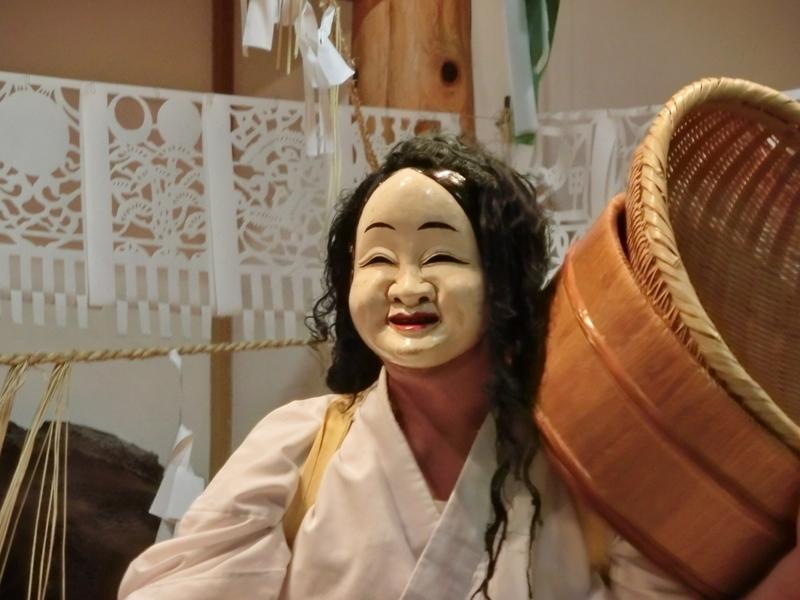 高千穂神社で行われる夜神楽での舞い