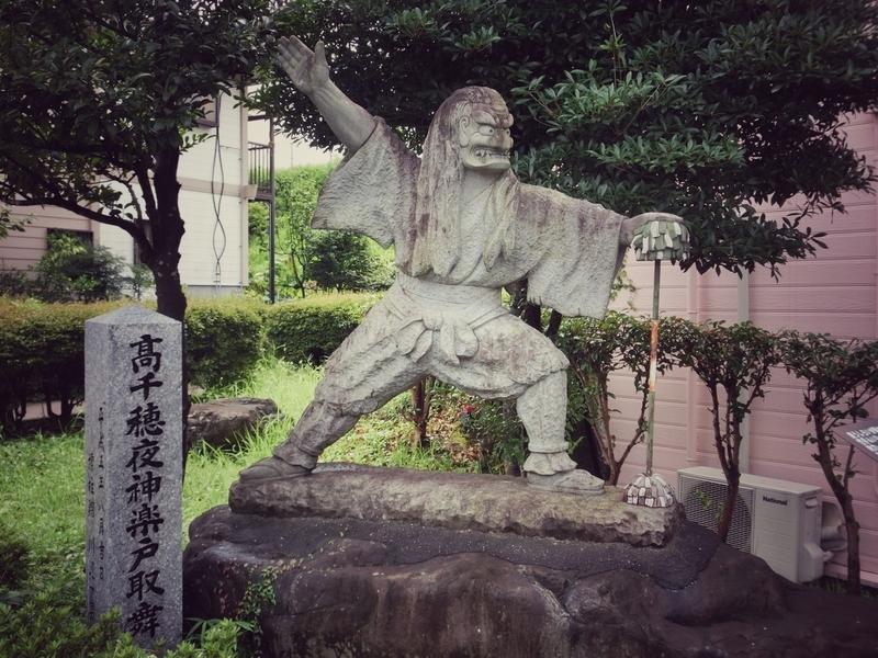 高千穂を歩いていると所々にある高千穂夜神楽の像