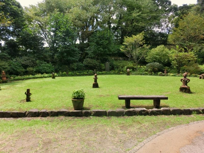 宮崎市の平和台公園にあるはにわ園のはにわ館前の庭園