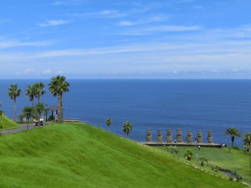 宮崎県日南市にあるサンメッセ日南にたたずむモアイ像と海の風景