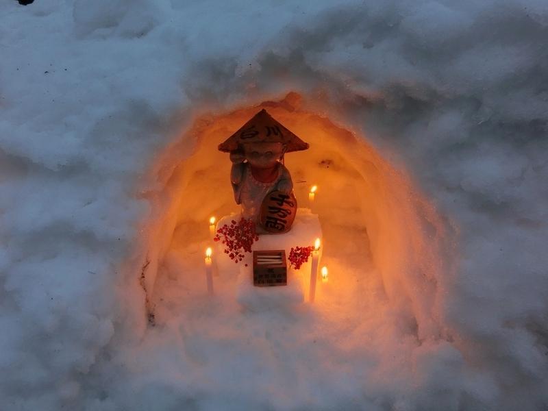 白川郷のライトアップ時に、ろうそくの明かりに照らされた人形の飾り