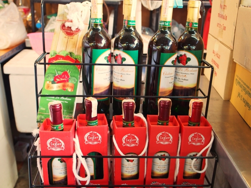 チェンマイにあるトン・パヨム市場で売られているいちごのワイン