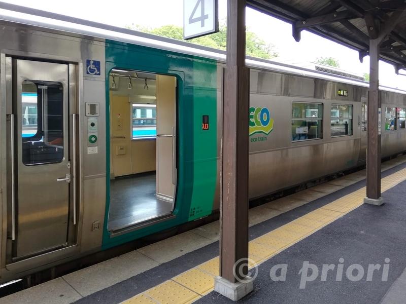 徳島駅のホームに止まる阿南駅行きの電車