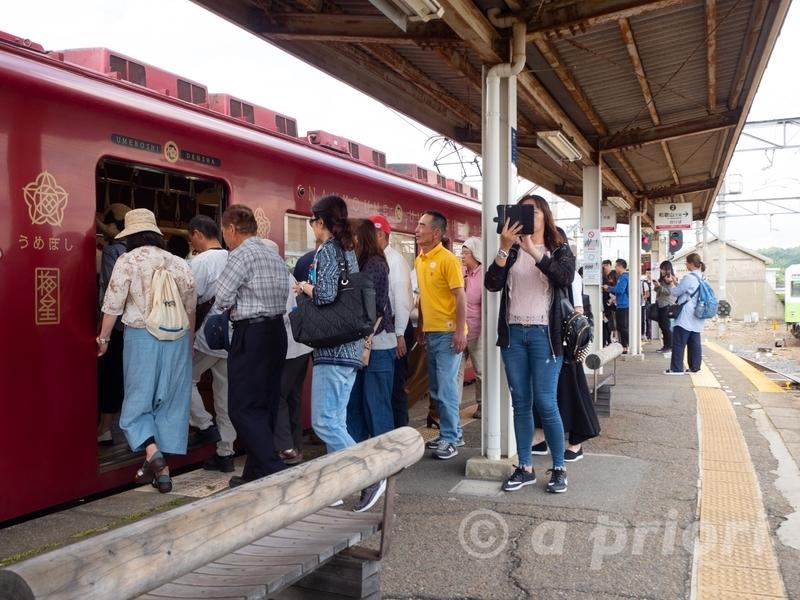 和歌山電鐵の伊太祁曾駅から喜志駅に向かう電車に乗り込む大勢のツアー客