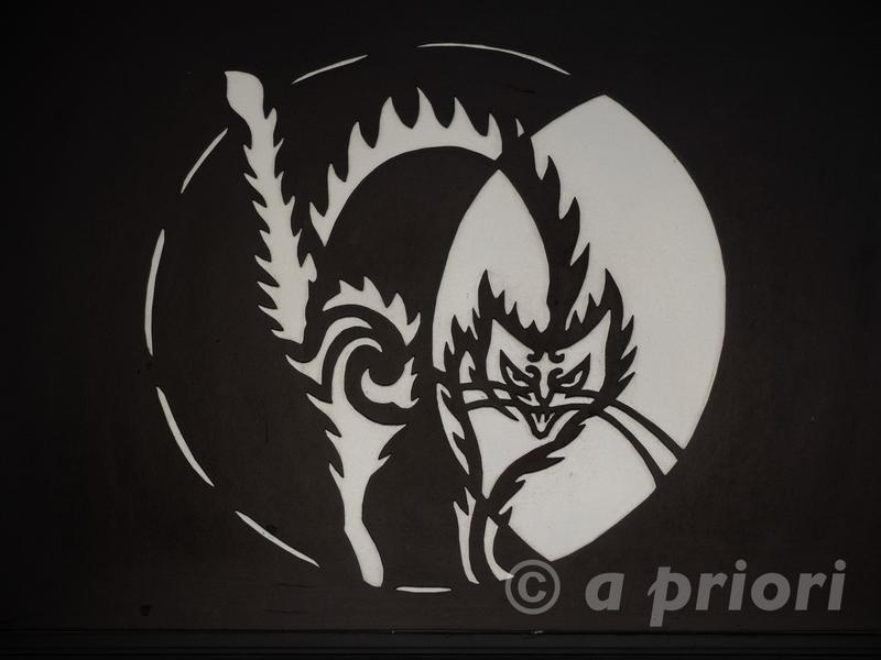 徳島県阿南市にあるお松大権現の怒った猫がデザインされた壁