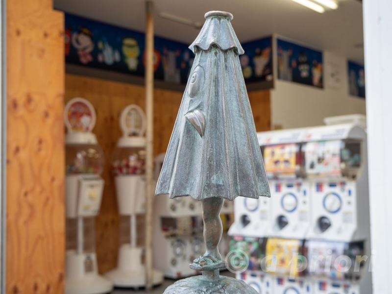 水木しげるロードにある妖怪傘化けのブロンズ像