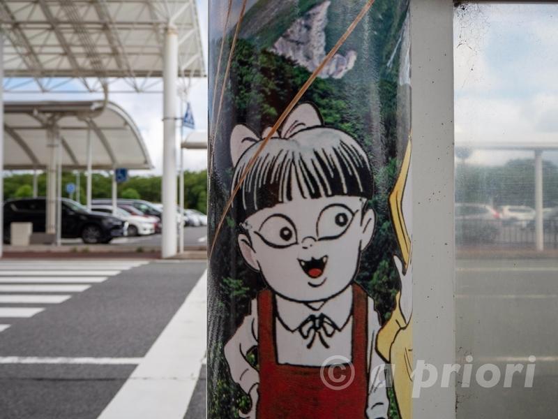 米子空港から米子空港駅に向かう途中にある猫娘が描かれた柱