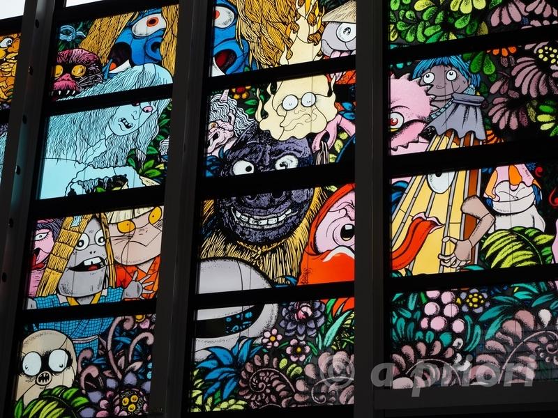 米子空港の2階にある妖怪が描かれたステンドグラス