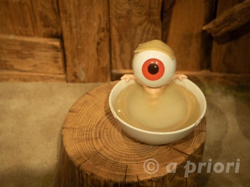 水木しげるロードにある水木しげる記念館内に展示されている目玉おやじの人形。茶碗の風呂に入っている