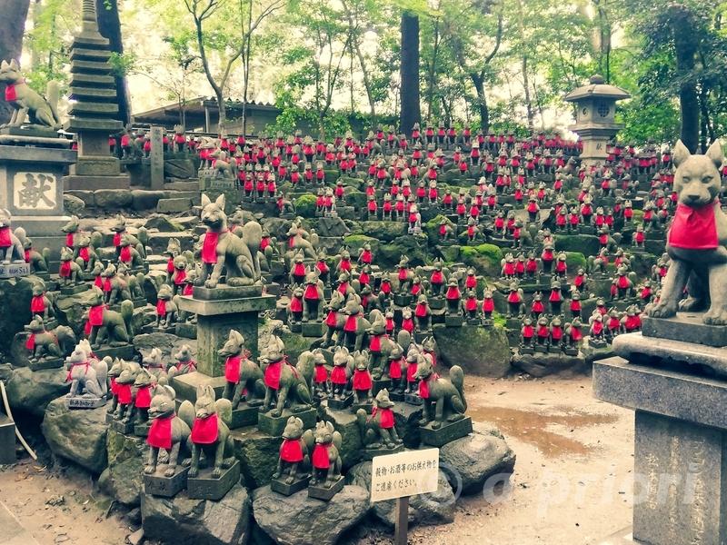 愛知県豊川市にある豊川稲荷の狐塚にある数多くの狐