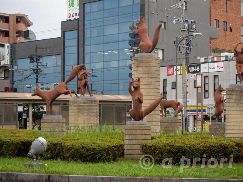豊川駅前にある躍動する狐の像