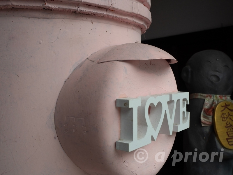 愛知県犬山市の犬山城下町にある「LOVE」とデザインされたピンク色のポスト